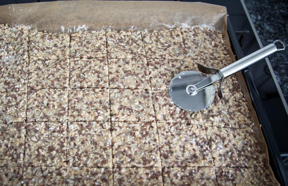 in Stücke geschnittene Masse für Gesundes Knäckebrot