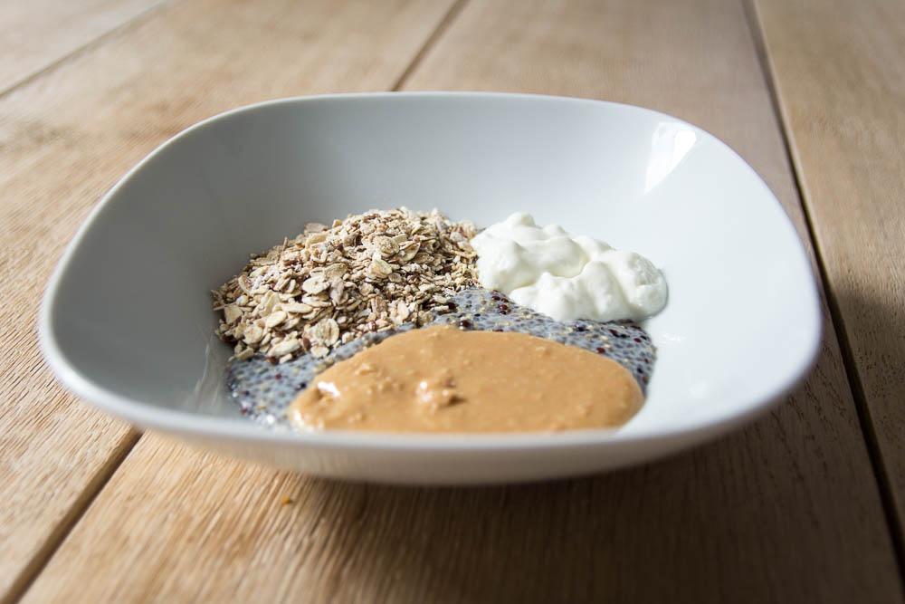 fast fertiges Chia Quinoa Porridge mit Erdnussbutter