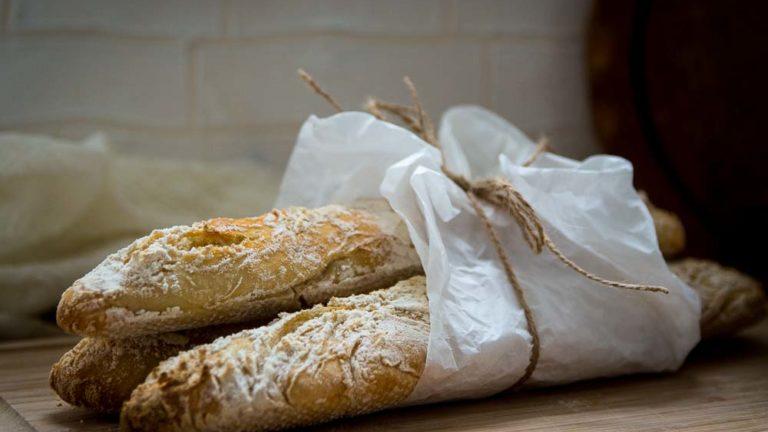 Selbst gebackenes Baguette mit leckerer Kruste