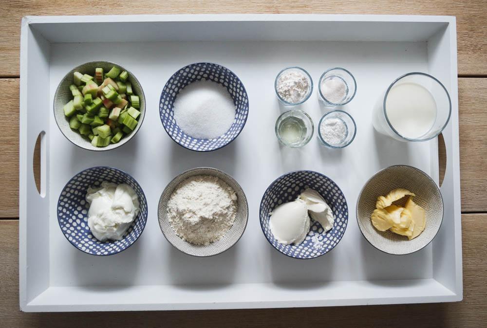Zutaten für Rhabarberkuchen mit Pudding und Streusel