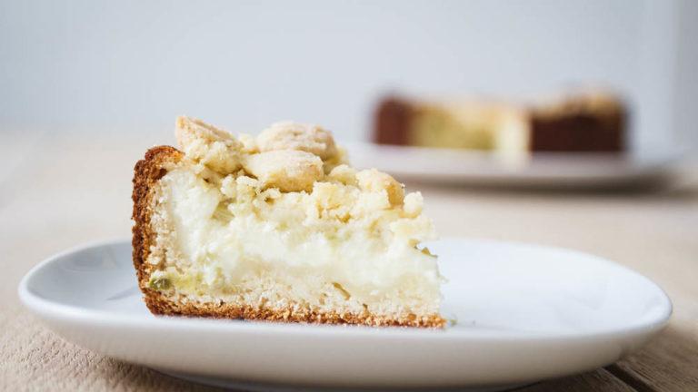 leckerer Rhabarberkuchen mit Pudding und Streusel