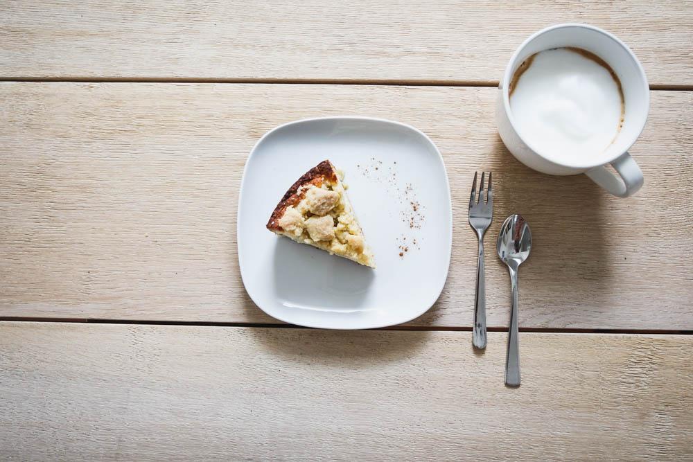 Rhabarberkuchen mit Pudding und Streusel