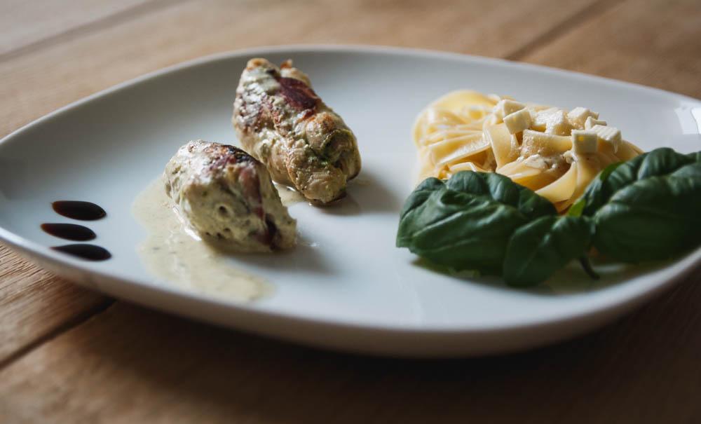 Mediterrane Hähnchenrouladen mit Pesto und Fetafüllung