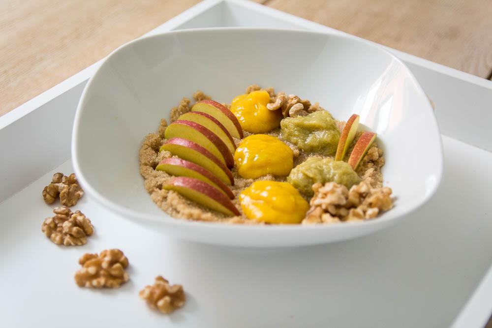 Fertiges Amaranth Porridge mit Früchten