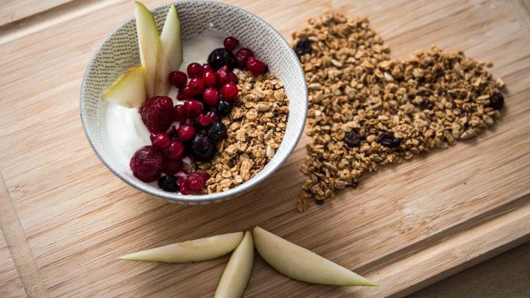 Granola Bowl mit Skyr und Früchten zum Frühstück