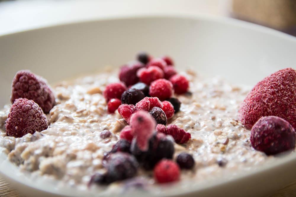 Leckeres Bananen Porridge mit roten Früchten