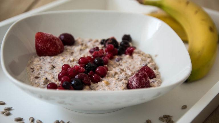 Bananen Porridge mit roten Früchten