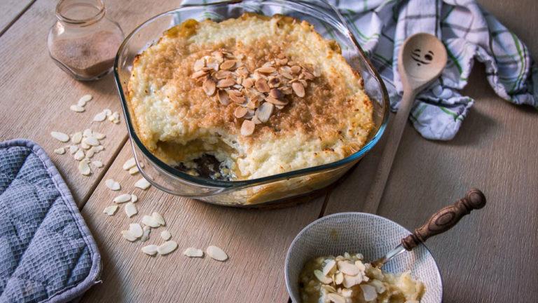 Veganer Milchreisauflauf mit Pudding-Rhabarberfüllung