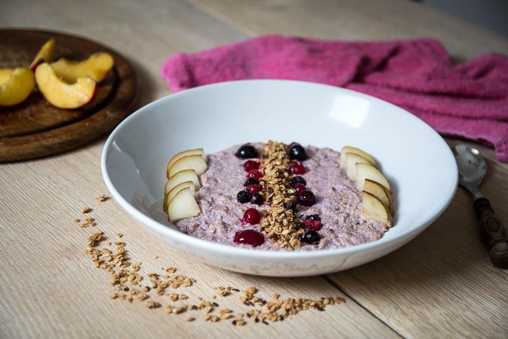 Amaranth Granola Porridge mit Skyr und Früchten