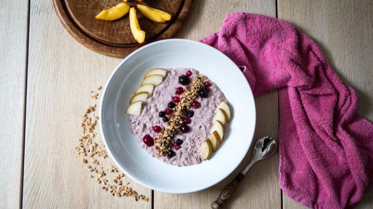 Amaranth Porridge mit Granola, Skyr und Früchten