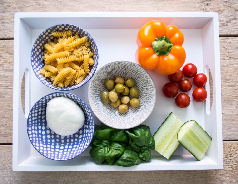 Zutaten mediterraner Nudelsalat