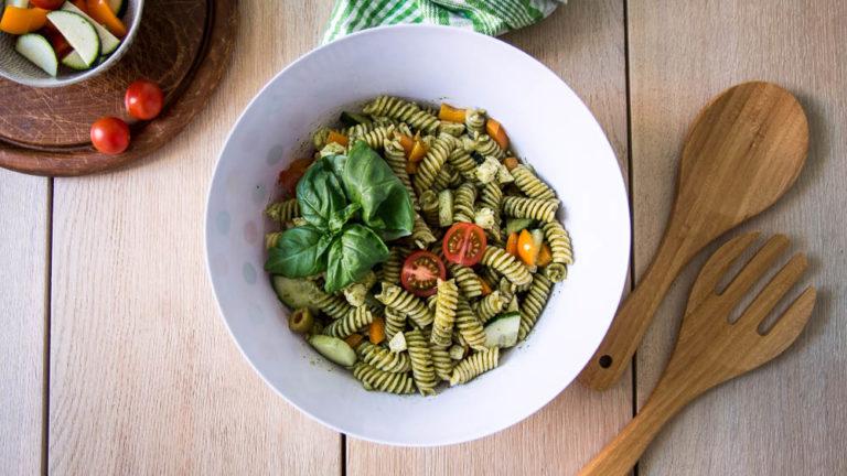 Mediterraner Nudelsalat mit Pesto Dressing