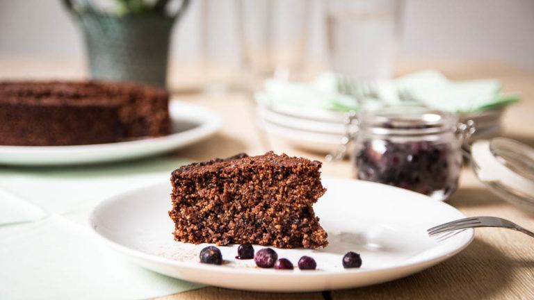 Schoko Polenta Kuchen mit Blaubeeren