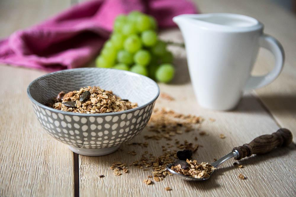 Gesundes Knuspermüsli mit Nüssen und Rosinen
