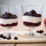 Joghurt Dessert mit Streusel und Grütze