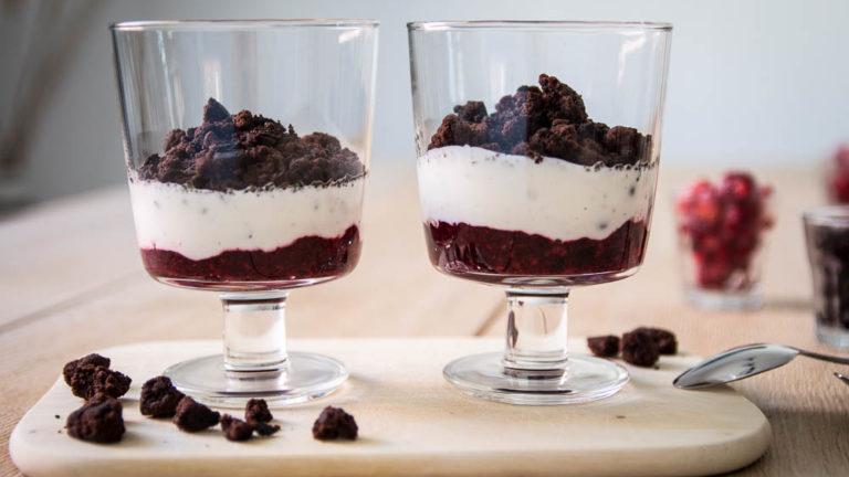 Joghurt Dessert mit Streusel und roter Grütze