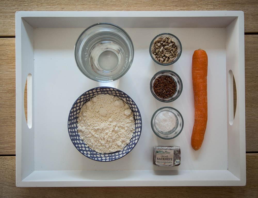 Zutanten für die Karotten-Mehrkorn-Brötchen