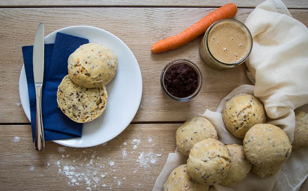 Karotten-Mehrkorn-Brötchen in Kombination mit Erdnussbutter und veganer Schokocreme