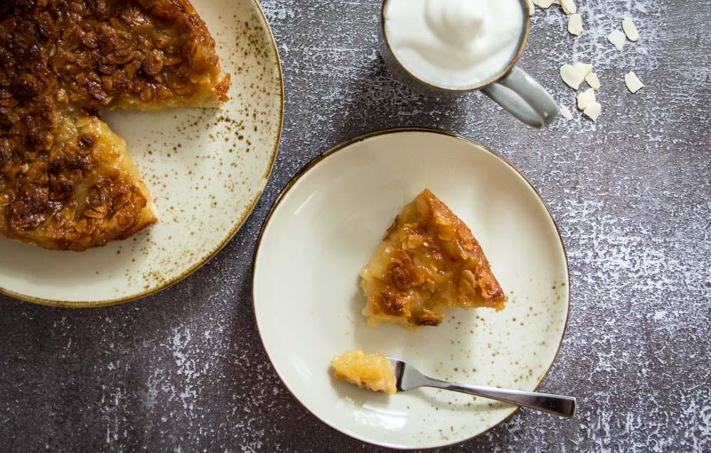 Veganer Apfelkuchen mit Bienenstichdecke