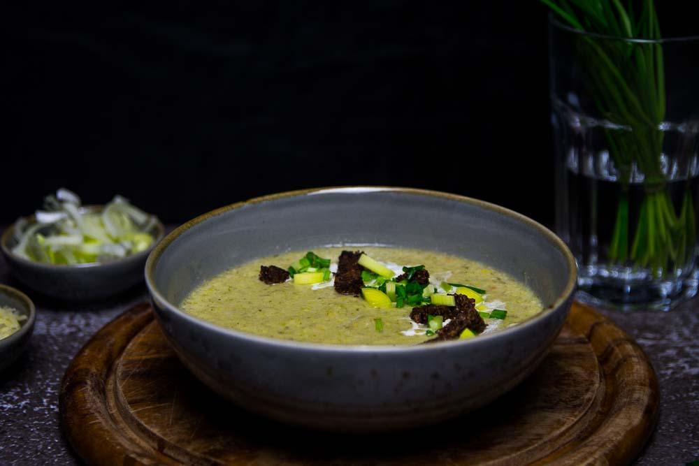 Lauch-Käse-Suppe mit Pumpernickel Croûtons