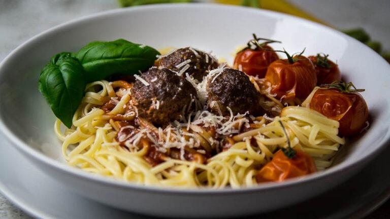 Mit Mozzarella gefüllte Hackfleischbällchen