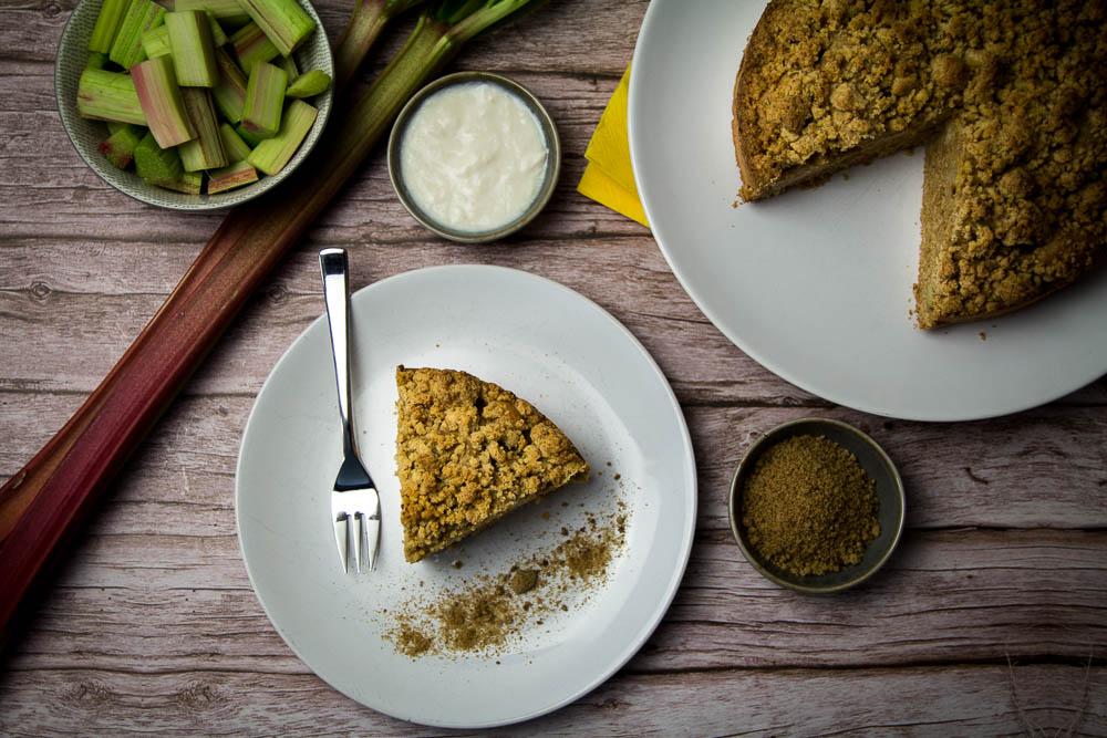 Goldener Rhabarberkuchen mit wenig Zucker