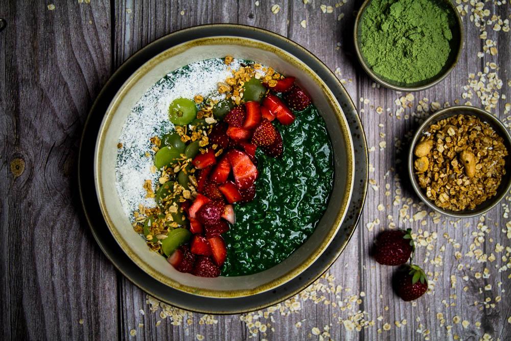 Porridge mit Spirulina und Gerstengras